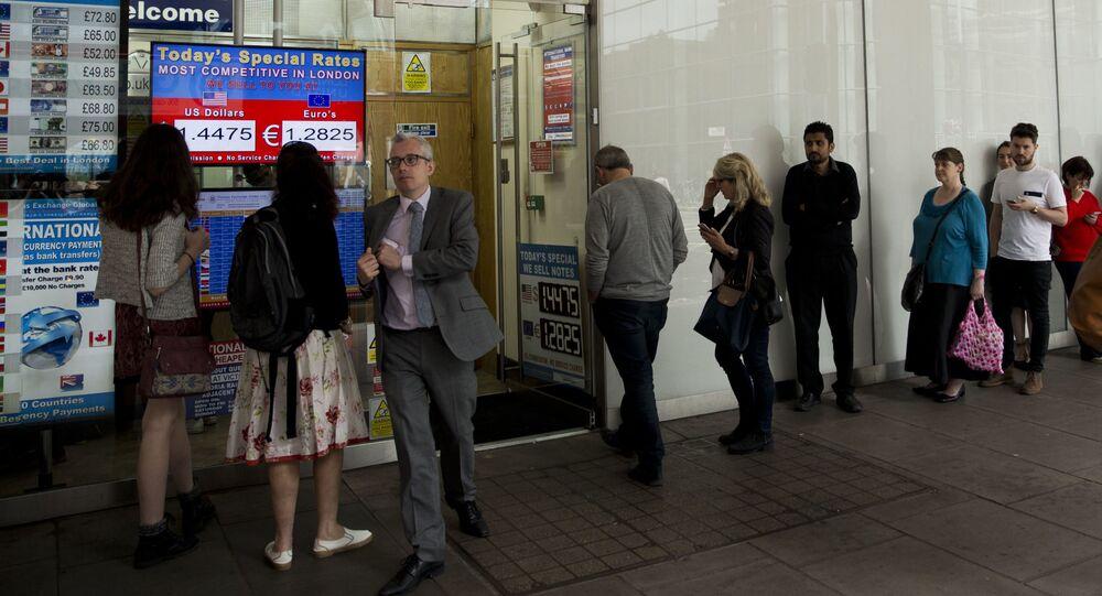 Brytyjczycy ustawiają się w kolejkach, żeby wymienić funty szterlingi na euro.