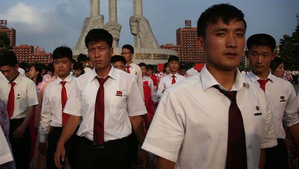 Poranek w wielu miastach Korei Północnej zaczyna się od sygnału syreny. To nie alarm, a sygnał, że czas wstawać do pracy. Pół godziny później na ulicach można zobaczyć tłumy ludzi, którzy śpieszą do pracy. - Sputnik Polska