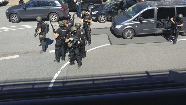 Niemieckie służby specjalne obok kina, w którym uzbrojony mężczyzna otworzył ogień. Viernheim. - Sputnik Polska