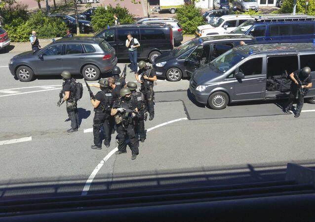 Niemieckie służby specjalne obok kina, w którym uzbrojony mężczyzna otworzył ogień. Viernheim.