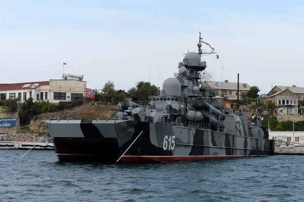 """Okręt rakietowy """"Bora"""" na poduszce powietrznej w Zatoce Sewastopolskiej - Sputnik Polska"""