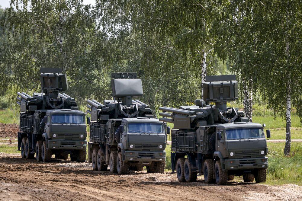 """Samoporuszające się  kompleksy zenitowo-rakietowe bazowania naziemnego """"Pancerz-S"""" na międzynarodowym wojskowo-technicznym forum ARMIA-2015 w Kubince"""