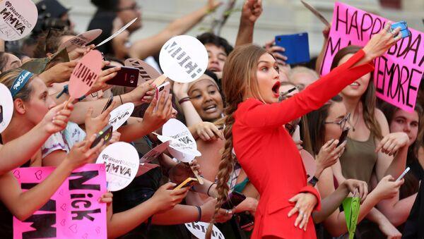Amerykańska modelka Gigi Hadid robi sobie selfie z widzami przed nagrodą iHeartRadio Much Music Video Awards w Toronto, Kanada - Sputnik Polska