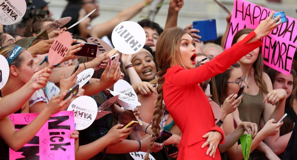 Amerykańska modelka Gigi Hadid robi sobie selfie z widzami przed nagrodą iHeartRadio Much Music Video Awards w Toronto, Kanada