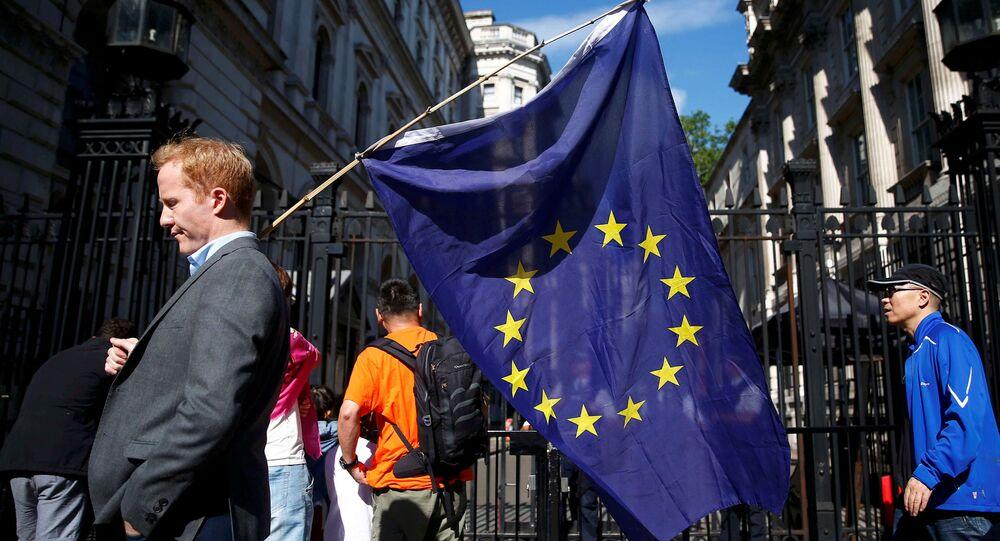 Mężczyzna z flagą UE na ulicy w Londynie po referendum Brexit