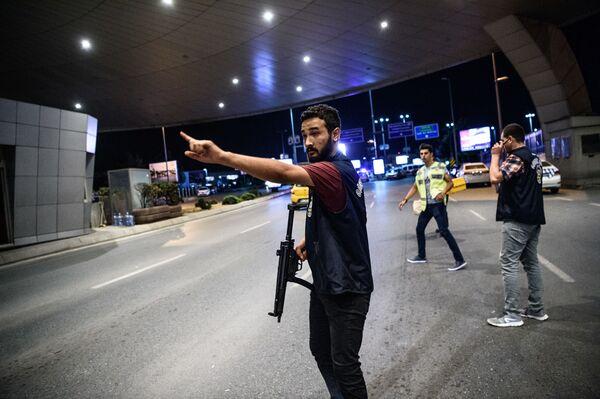 Turecka policja na terenie lotniska Ataturk w Stambule - Sputnik Polska