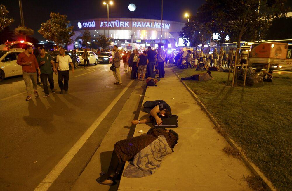 Ludzie niedaleko miejsca zamachów