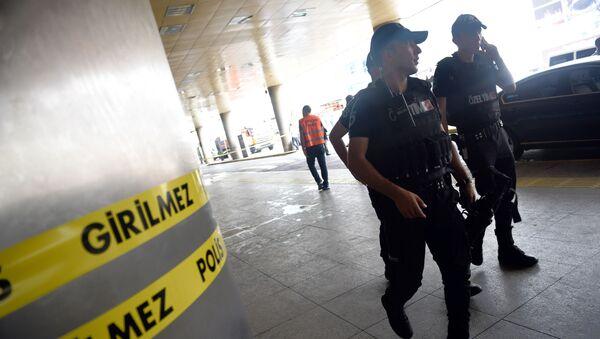 Pracownicy służby bezpieczeństwa patrolują teren lotniska im. Ataturka w Stambule - Sputnik Polska