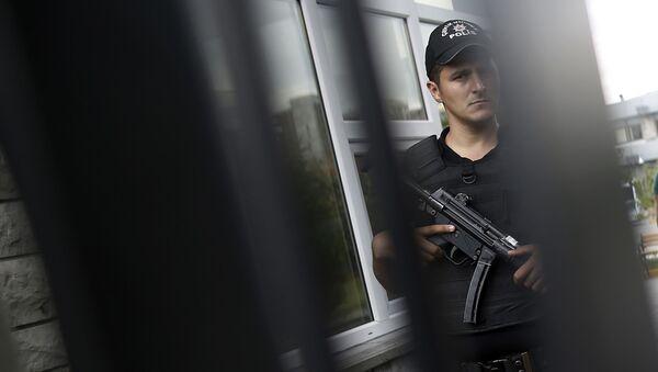 Przedstawiciel tureckiej policji na terytorium szpitala w Stambule - Sputnik Polska