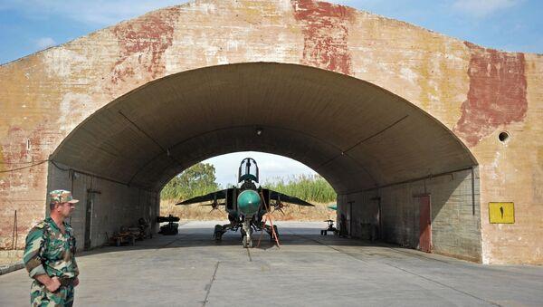 """Samolot MiG-23 Sił Powietrznych Syrii w bazie lotniczej """"Hama"""" na przedmieściach miasta Hama w syryjskiej prowincji Hama - Sputnik Polska"""