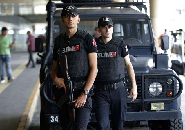Tureccy policjanci na lotnisku Ataturk w Stambule