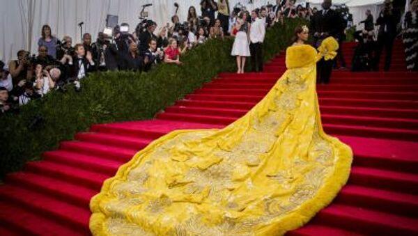 Rihanna w żółtym futrze na Gali Met 2015 - Sputnik Polska