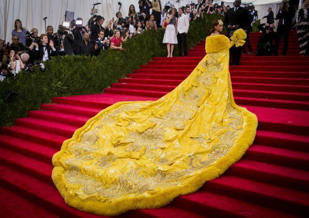Rihanna w żółtym futrze na Gali Met 2015
