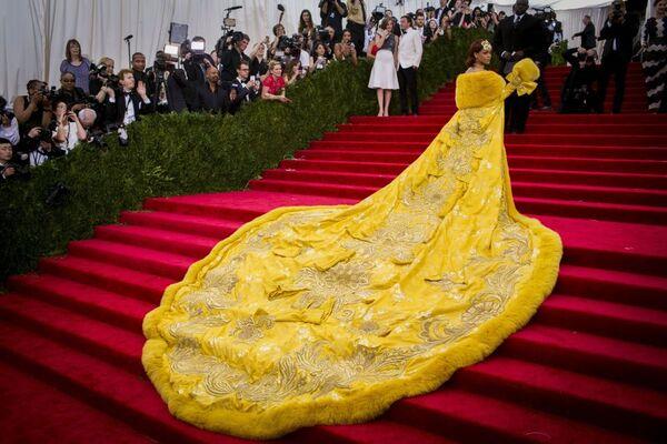 Rihanna w żółtym futrze na Met Gala 2015 - Sputnik Polska