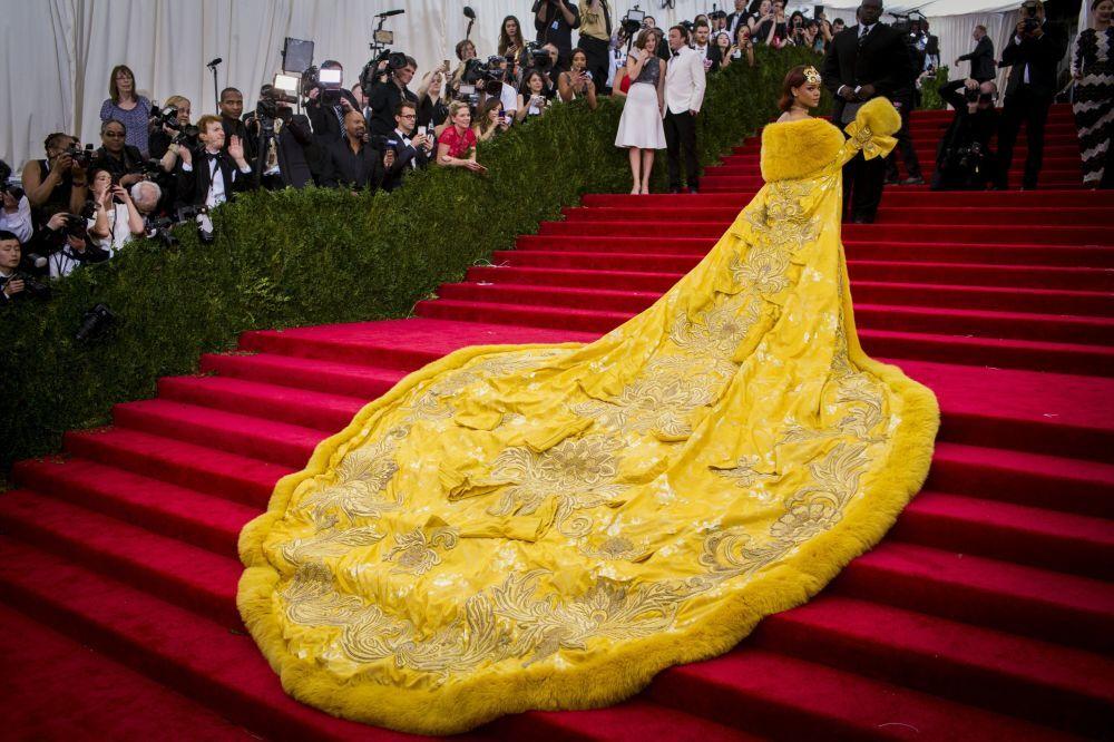 Rihanna w żółtym futrze na Met Gala 2015