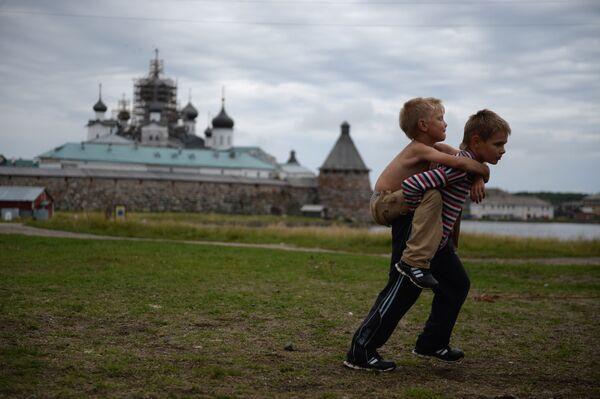Dzieci na Wyspie Sołowieckiej w obwodzie archangielskim - Sputnik Polska