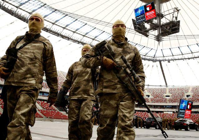 Żołnierze po pokazowych ćwiczeniach wojskowych przed szczytem NATO w Warszawie.