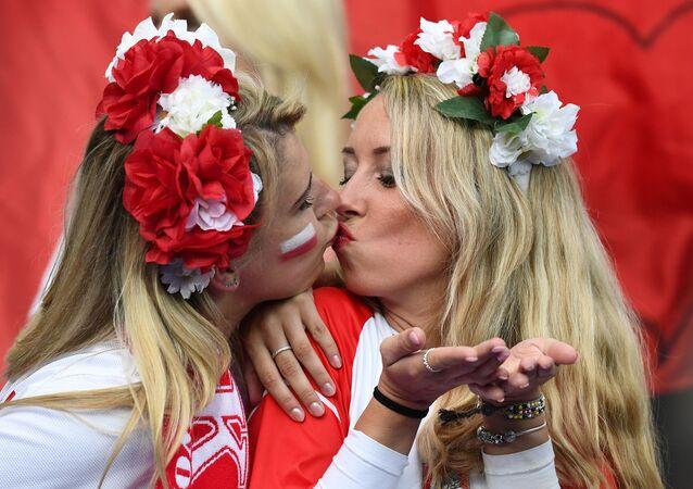 Polskie kibicki w Marsylii na meczu pomiędzy reprezentacjami Polski i Niemcami podczas Mistrzostw Europy w piłce nożnej.