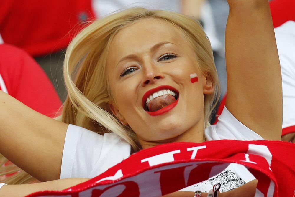Polska kibicka na Mistrzostwach Europy w piłce nożnej we Francji.