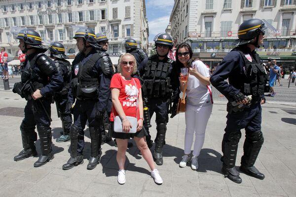 Polscy kibice robią zdjęcia z francuskimi policjantami  w Marsylii podczas Mistrzostw Europy w piłce nożnej. - Sputnik Polska