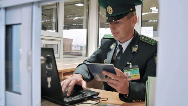 Funkcjonariusz ukraińskiej straży granicznej na przejściu  Uhrynów-Dołhobyczów - Sputnik Polska