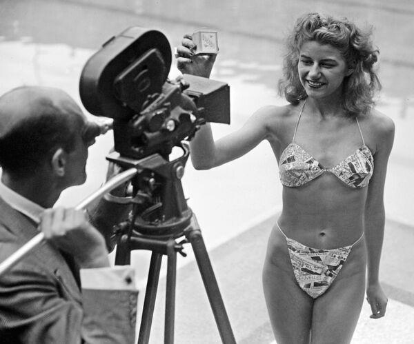 Zdjęcie zrobione 5 lipca 1946 roku prezentuje kandydatkę na najpiękniejszą plażowiczkę w paryskim basenie Molitor. Dziewczyna po raz pierwszy w historii założyła bikini. Bikini, które dokonało prawdziwej rewolucji w ubieraniu się, było zaprojektowane przez francuza Louisa Réarda. Dzisiaj jest obchodzone 70-lecie popularnego kostiumu. - Sputnik Polska