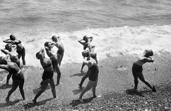 Poranna gimnastyka na czarnomorskim wybrzeżu Krymu (1954 rok). - Sputnik Polska