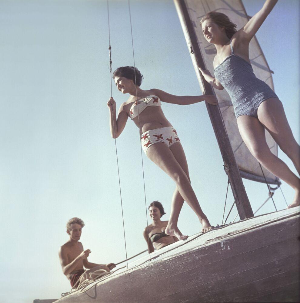 Dziewczyny w strojach kąpielowych na jachcie spacerowym.