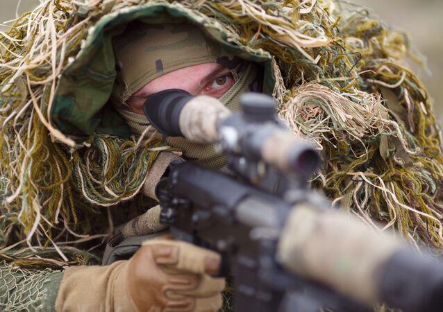 Rosyjski snajper z karabinem