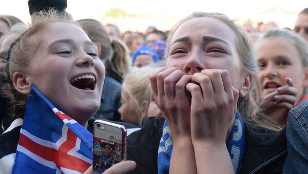 Dziesiątki tysięcy wiwatujących fanów piłki nożnej z flagami wyszły na ulice Reykjavíku - Sputnik Polska