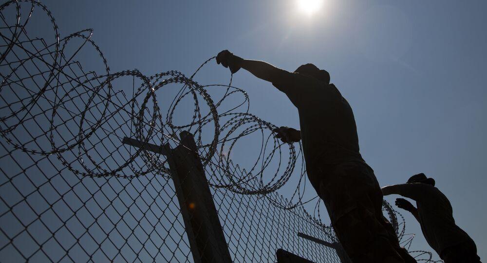 Budowa ogrodzenia przeciwko uchodźcom na granicy Węgier i Serbii