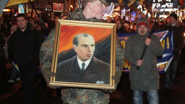 Mężczyzna niesie portret Stepana Bandery - Sputnik Polska
