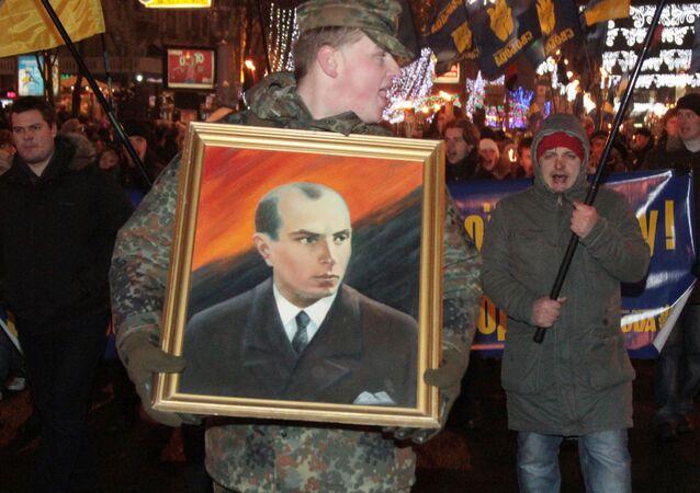 Mężczyzna niesie portret Stepana Bandery