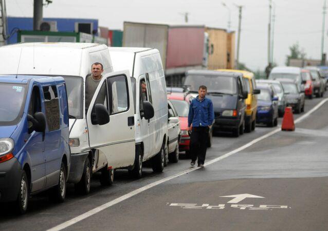 Kolejka samochodów na granicy polsko-ukraińskiej 100 km od Lwowa