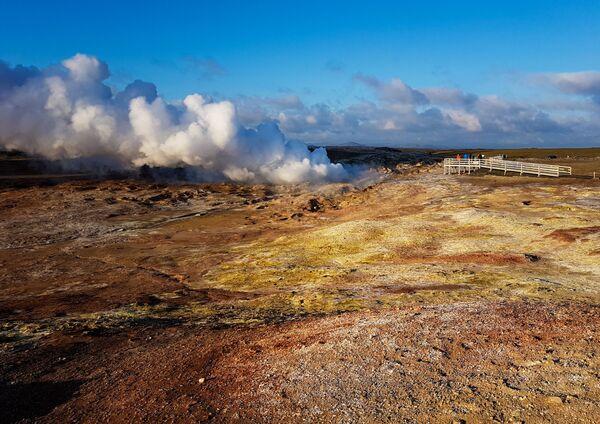 Turyści koło gejzera Gunnukwer w Islandii - Sputnik Polska