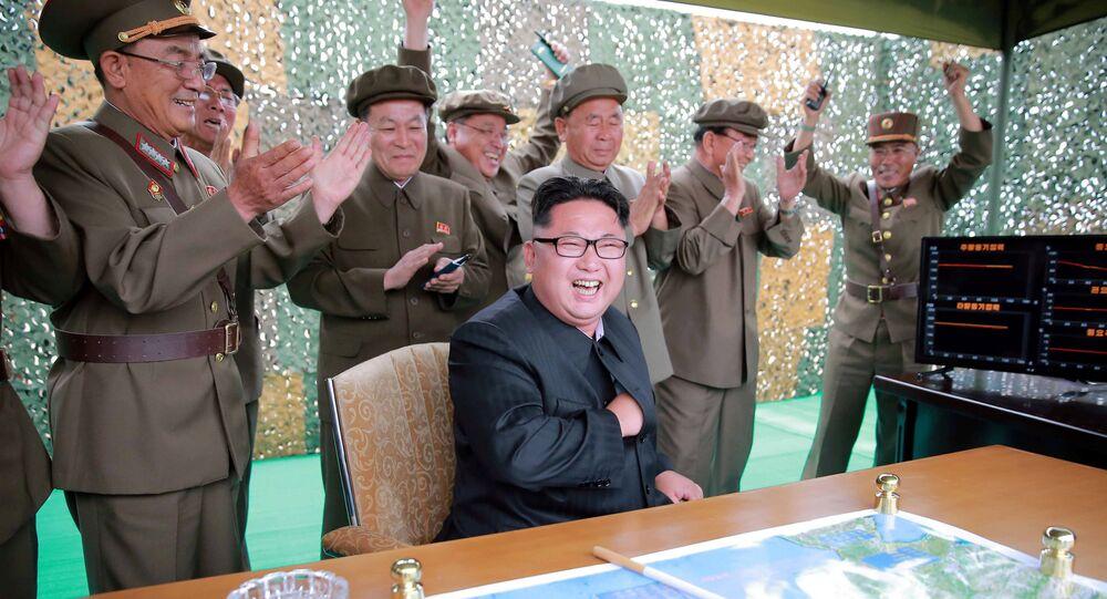 Lider KRLD Kim Dzong Un obserwuje start pocisku balistycznego