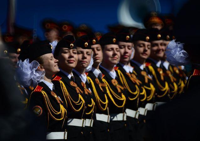 """Kadetki  """"Moskiewskiej Pensji Państwowych Wychowanek"""" podczas próby generalnej Defilady Zwycięstwa na Placu Czerwonym, Moskwa, 7 maja 2015"""