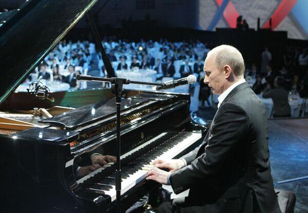Władimit Putin gra na fortepianie podczas koncertu charytatywnego w Petersburgu, 10 grudnia 2010 - Sputnik Polska