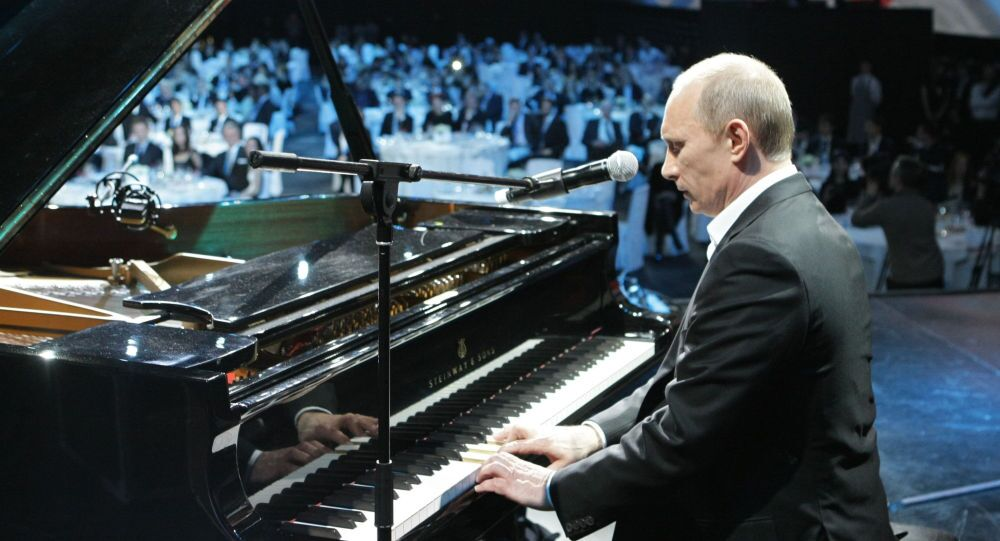 Władimir Putin gra na fortepianie podczas koncertu charytatywnego w Petersburgu, 10 grudnia 2010