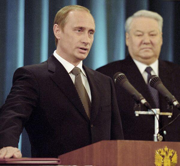 Władimir Putin po raz pierwszy składa przysięgę prezydencką. Obok pierwszy PrezydentRosji Borys Jelcyn - Sputnik Polska
