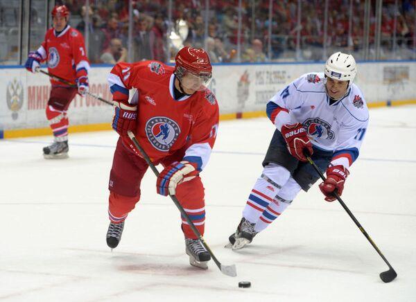 Władimir Putin gra w hokeja w Soczi - Sputnik Polska