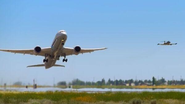 Pionowy wzlot samolotu pasażerskiego: porywające nagranie - Sputnik Polska