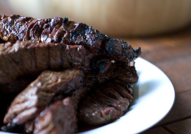 """Brytyjski kucharz """"dokarmiał"""" wegan mięsem"""