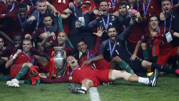 Portugalska reprezentacja po wygraniu Mistrzostw Europy w Piłce Nożnej 2016 - Sputnik Polska