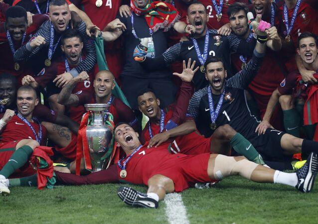 Portugalska reprezentacja po wygraniu Mistrzostw Europy w Piłce Nożnej 2016