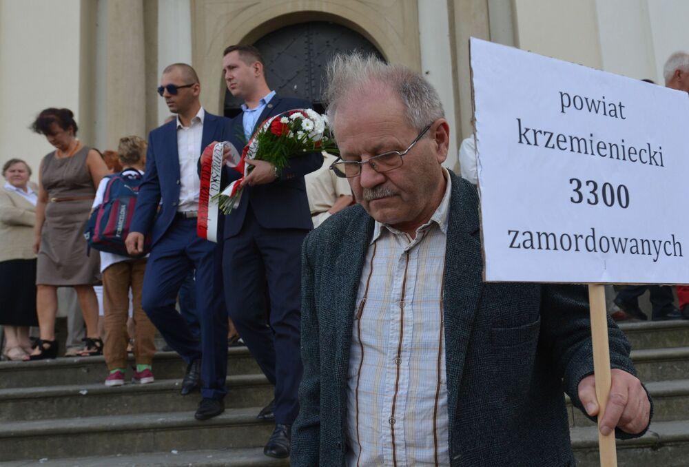 11 lipca 1943 roku uważany jest za punkt kulminacyjny makabrycznych wydarzeń na Wołyniu. Tego dnia grupy OUN-UPA zaatakowały jednocześnie ponad 150 polskich wiosek i gospodarstw, mordując praktycznie całą znajdującą się tam ludność.
