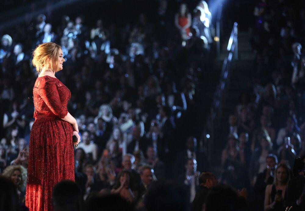O milion mniej od Messi'ego zarobiła piosenkarka Adele.