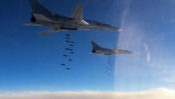 Naloty rosyjskiego lotnictwa na pozycje PI - Sputnik Polska