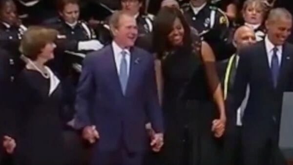 George W. Bush tańczy podczas mszy żałobnej za ofiary strzelaniny w Dallas - Sputnik Polska