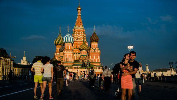 Mieszkańcy Moskwy i turyści na Placu Czerwonym w Moskwie - Sputnik Polska